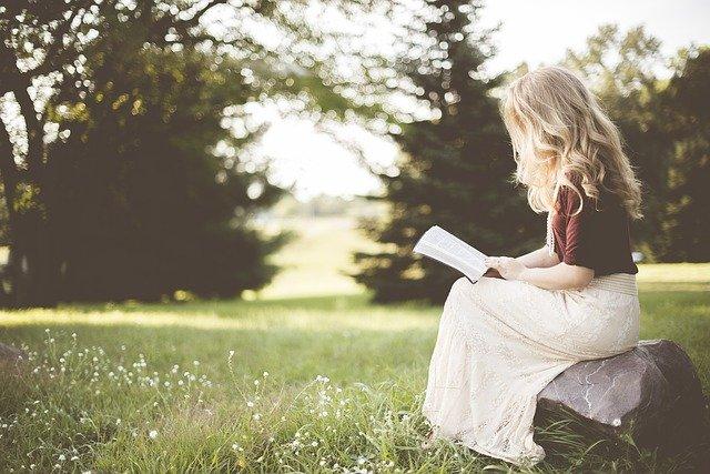 femme entrain de lire un livre